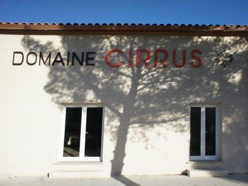 Enseigne sur la façade de la cave du Domaine Cirrus à Durban Corbières