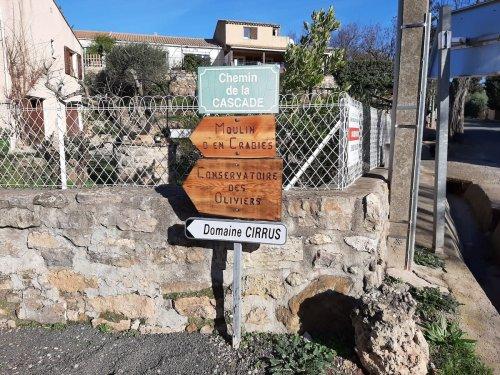 Panneau de direction aux abords de la cave à Durban Corbières.
