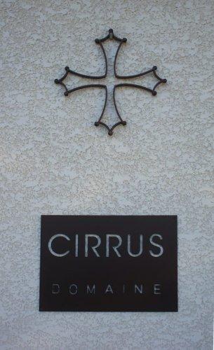 Croix Cathare à l'entrée de la cave du Domaine.