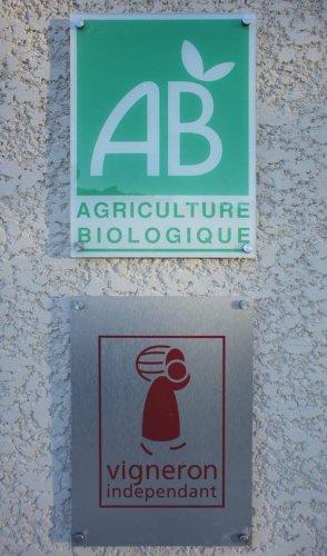 Pannonceaux Agriculture Biologique et Vignerons Indépendants à l'entrée de la cave.