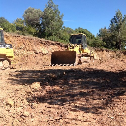 lancement du chantier de la cave, pelleteuse en action