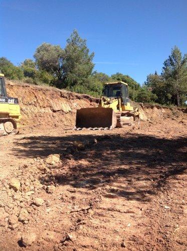 lancement du chantier de la cave, pelleteuse en action